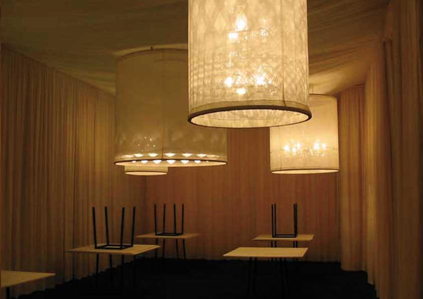 Tengaggi, controsoffitto e rivestimento lampadari per show-room