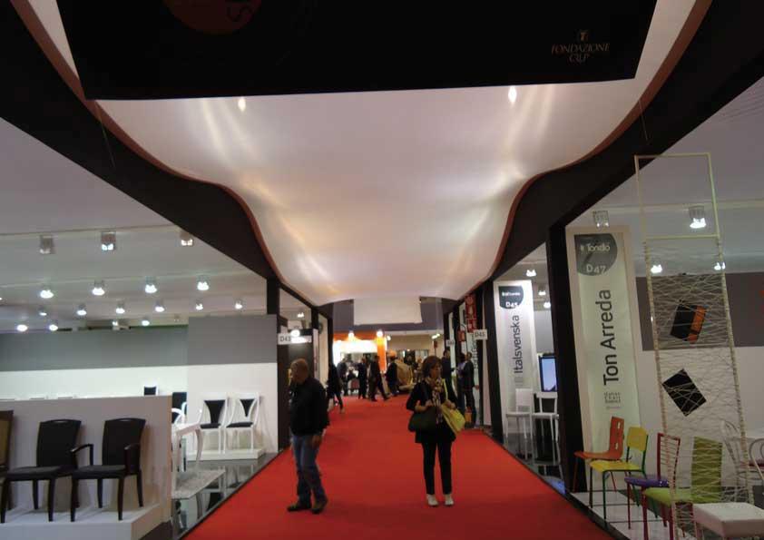 Salone del Mobile - cielinatura corsia retro illuminata