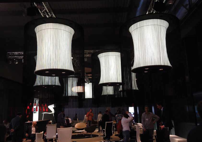 Salone del Mobile - tende a fili nere sul perimetro di lampadari retro illuminati